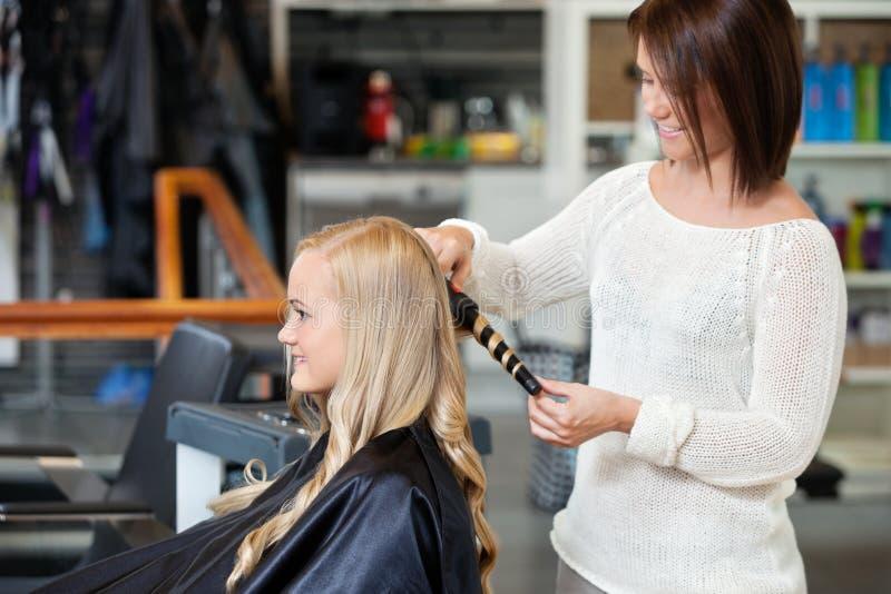 Kobieta Dostaje Ona włosy Fryzujący zdjęcie stock