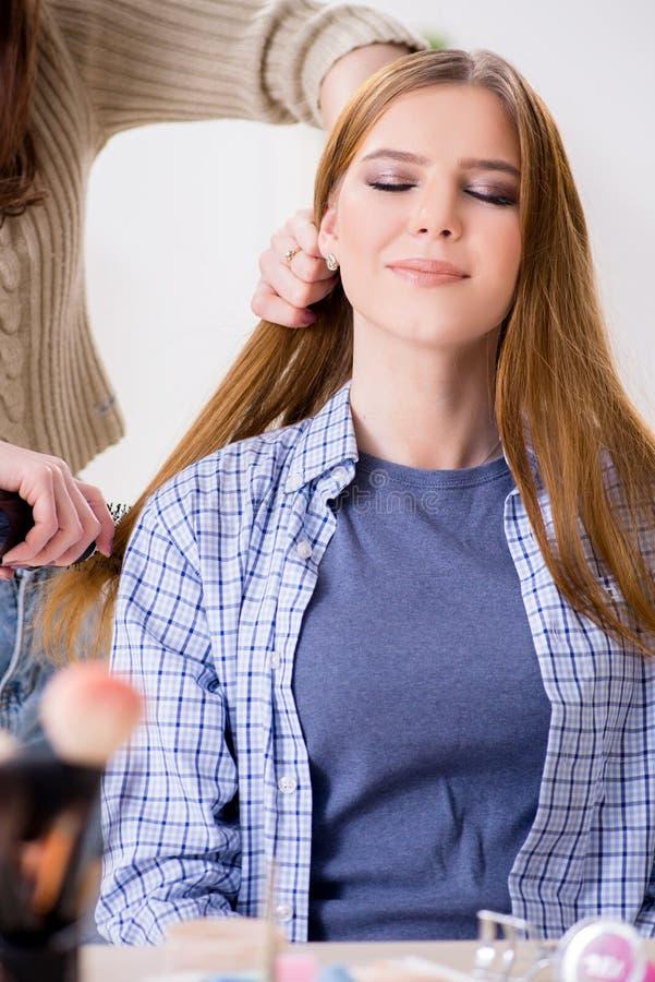 Kobieta dostaje ona włosy robić w piękno salonie obrazy royalty free