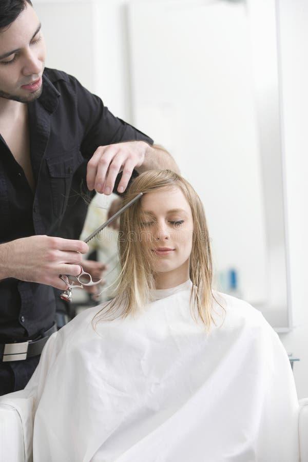 Kobieta Dostaje ostrzyżenie Od fryzjera Przy salonem obrazy stock