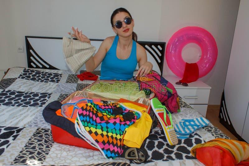 Kobieta Dostaje Przygotowywający Dla Podróżować Młodej kobiety kocowania walizki na podłoga w domu fotografia royalty free