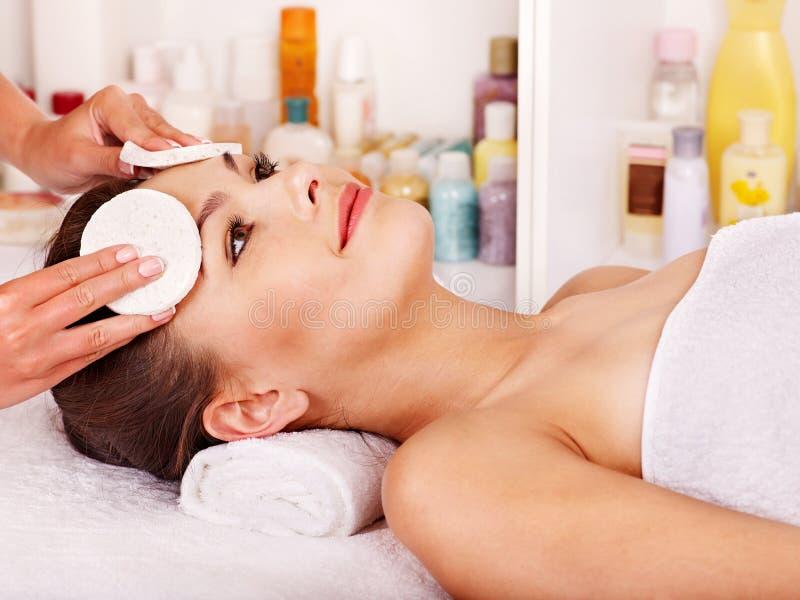Kobieta dostaje twarzowego masaż. zdjęcie royalty free