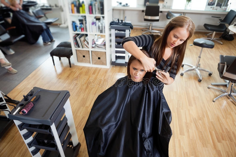 Kobieta Dostaje włosy cięcie obraz stock