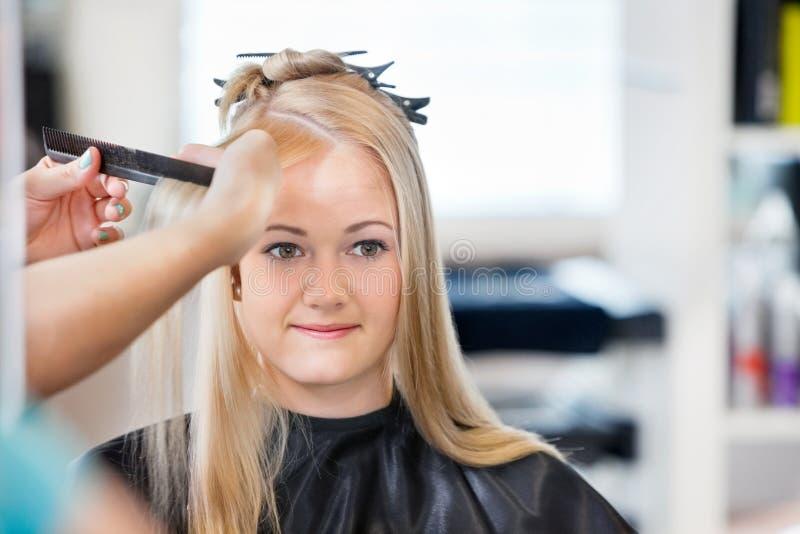 Kobieta Dostaje włosy Czeszący obrazy stock