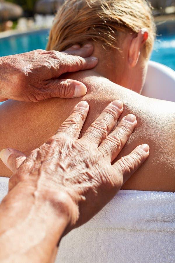 Kobieta dostaje zdrowego tylnego masaż fotografia stock