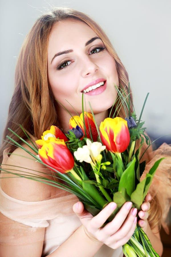 Kobieta dostawać kwiaty obrazy royalty free