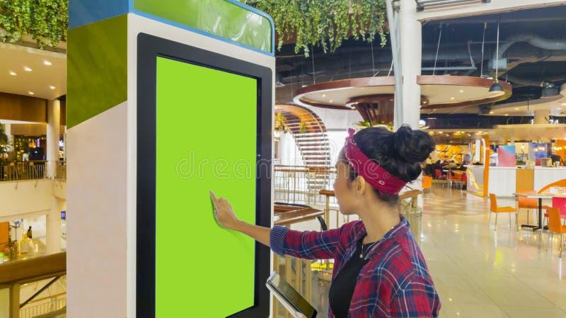 Kobieta dotyka ekran rozkazuje kiosk zdjęcie stock
