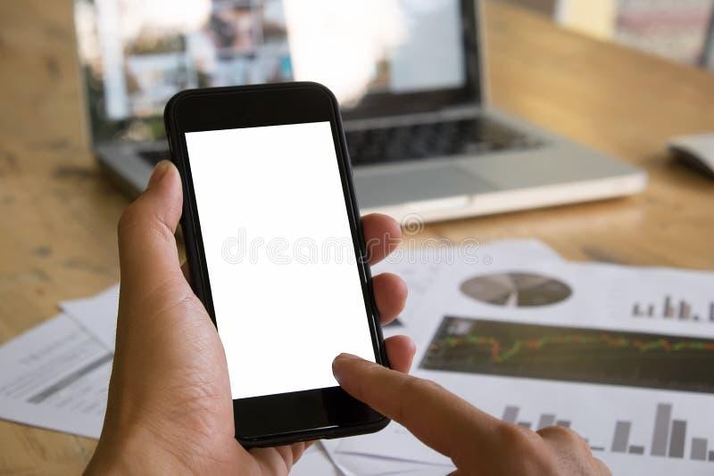 Kobieta dotyka ekran z nowożytnym telefonem komórkowym w rękach zdjęcie royalty free