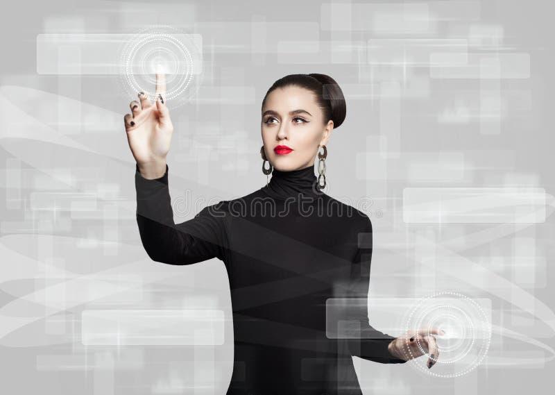 Kobieta dotyka wirtualnego ekran Edukacja zdjęcie royalty free