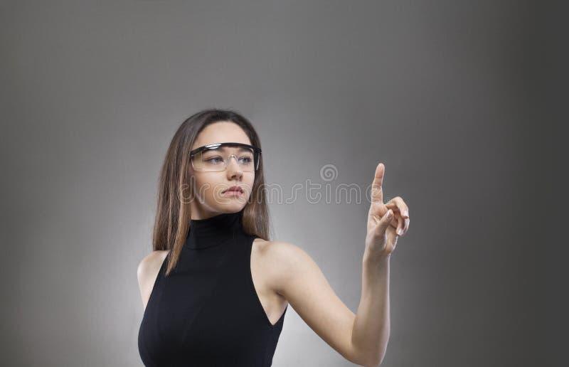 Kobieta dotyka wirtualnego interfejs zdjęcie stock