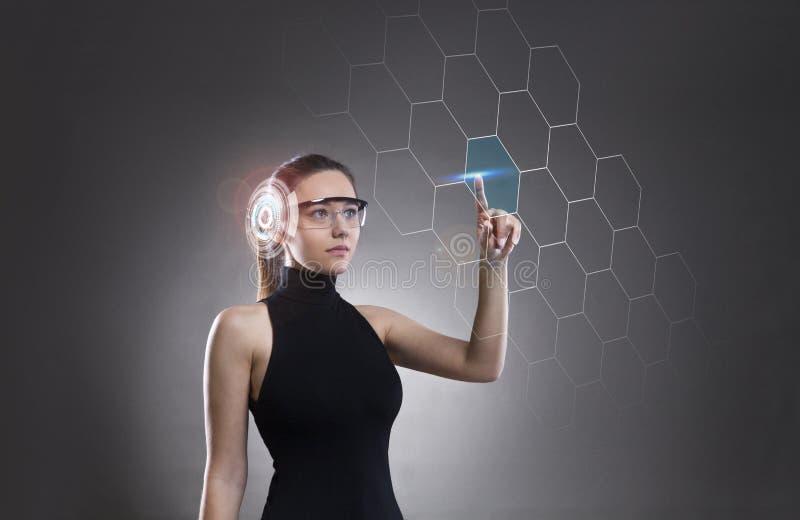 Kobieta dotyka wirtualnego przysz?o?ciowego interfejs zdjęcie stock