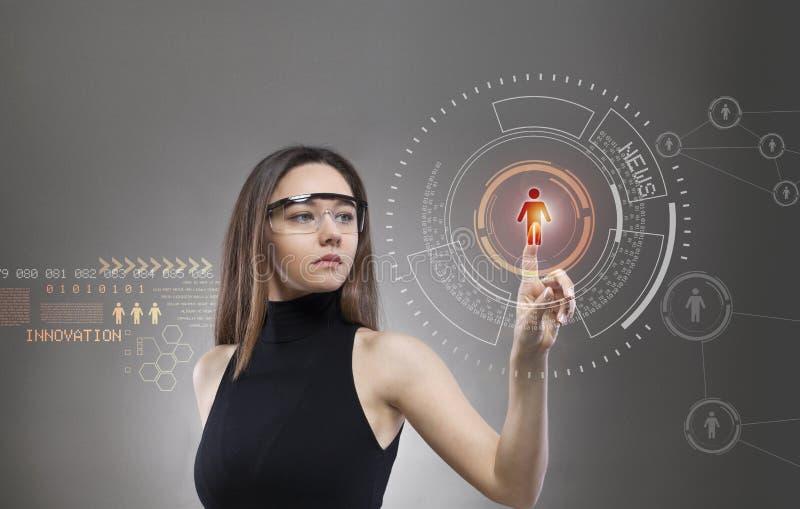 Kobieta dotyka wirtualnego przysz?o?ciowego interfejs obrazy stock