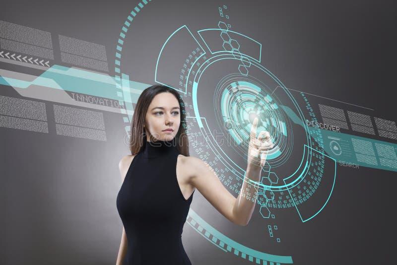 Kobieta dotyka wirtualnego przysz?o?ciowego interfejs zdjęcie royalty free