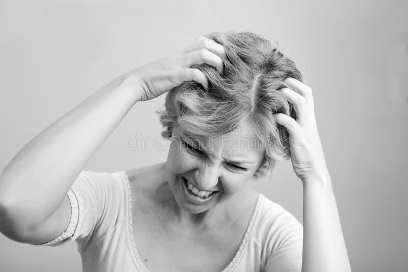 Kobieta Drapa jej głowę odizolowywającą na białym tle ścinek obraz stock