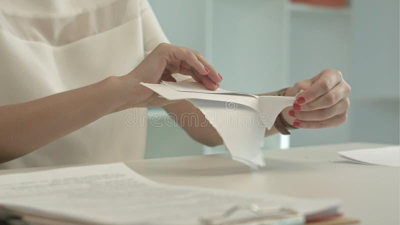 Kobieta drzeje papier fotografia stock