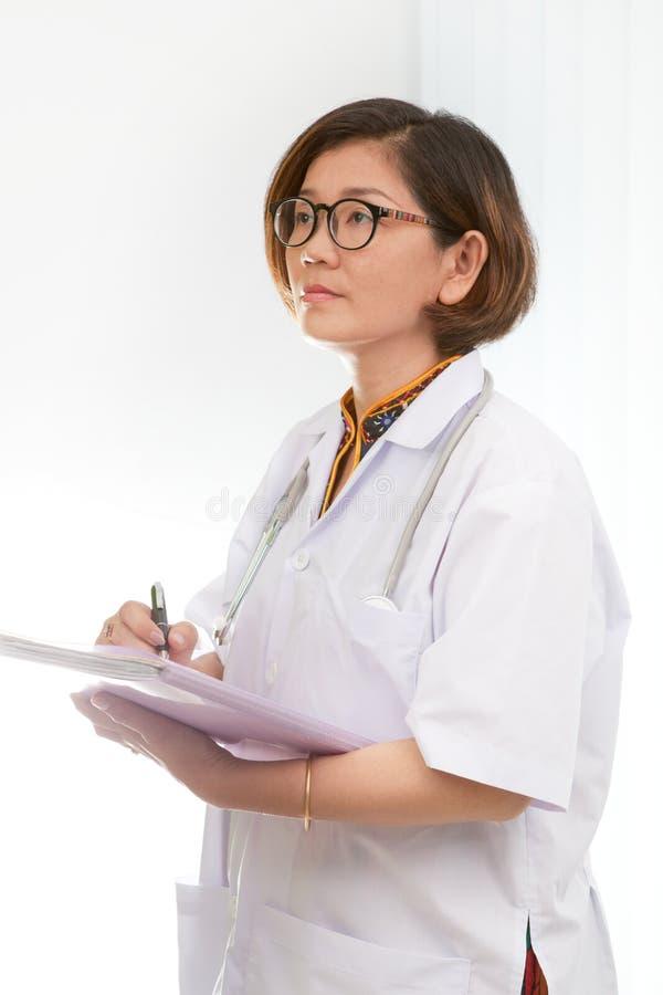 Kobieta dsitting w pracującym pokoju i mienie donosimy obraz stock