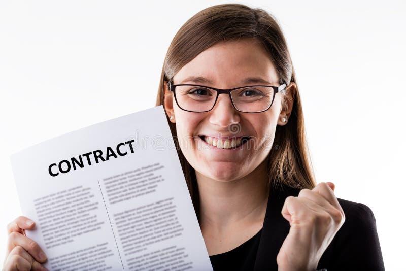 Kobieta dumnie trzyma jej akcydensowego kontrakt fotografia stock