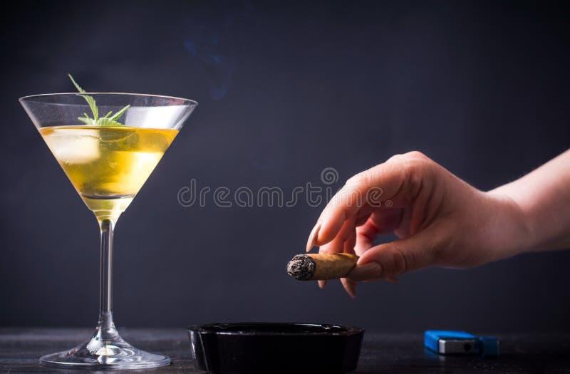 Kobieta dymi napój i ma obraz stock