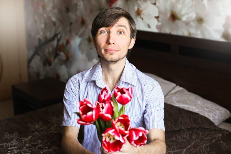 Kobieta dzień facet z czerwonymi tulipanami zdjęcia royalty free