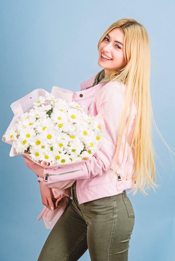 kobieta dzie? ?adna dziewczyna dzie? kwiat daje mum syna matkom Wiosna i lato - szcz??liwej prezent mari Kwiaciarnia w kwiatu skl fotografia stock
