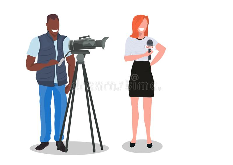 Kobieta dziennikarz z kamera mężczyzną przedstawia żywego wiadomość operatora ekranizacji reportera używa kamera wideo na tripod  royalty ilustracja