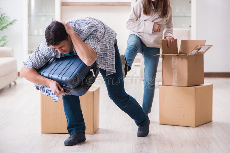 Kobieta eksmituje mężczyzna od domu podczas rodzinnego konfliktu zdjęcie stock