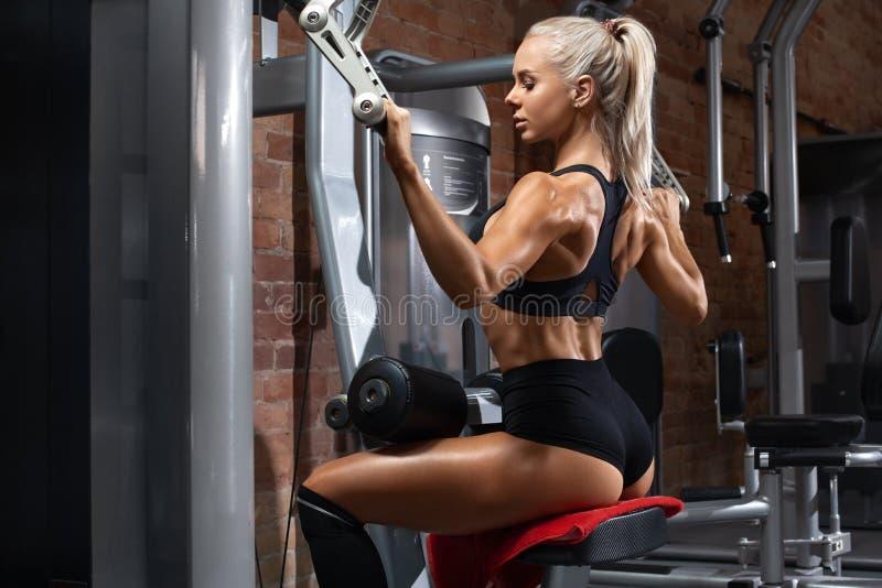 Kobieta fitness ćwiczy na tylnym wyjeździe na siłowni Ćwiczenia sportowe zdjęcia royalty free