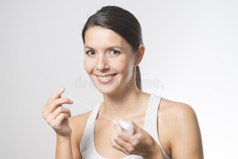 Kobieta flossing jej zęby zdjęcie royalty free