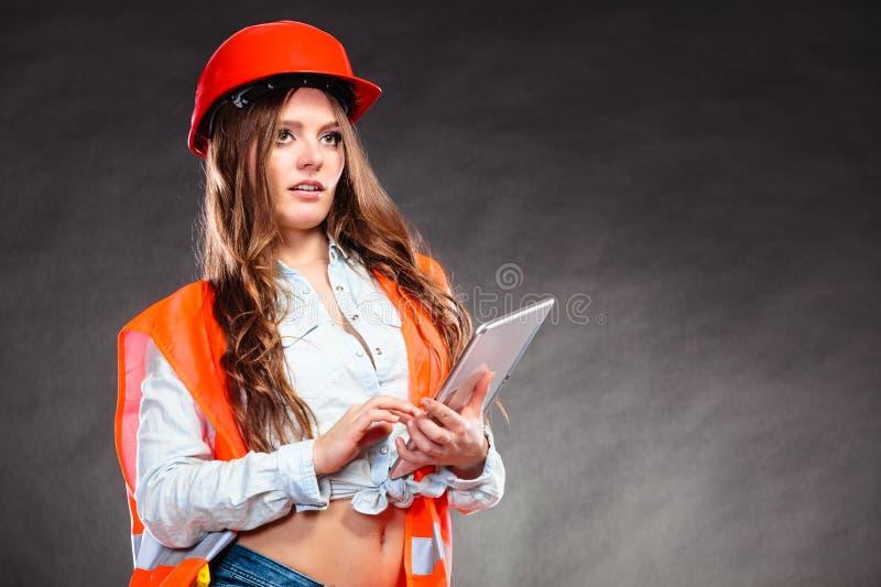 Kobieta formalnie inżynier z pastylki działaniem zdjęcie royalty free