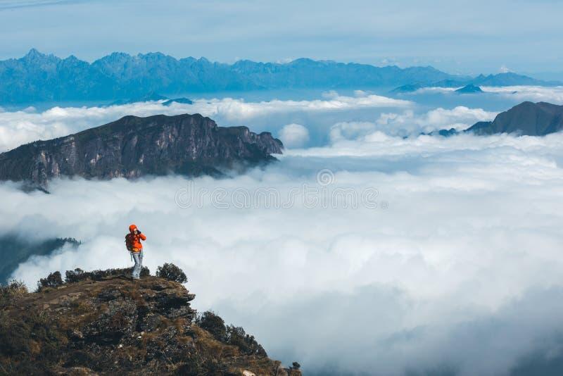 kobieta fotograf bierze fotografię piękny krajobraz obraz stock