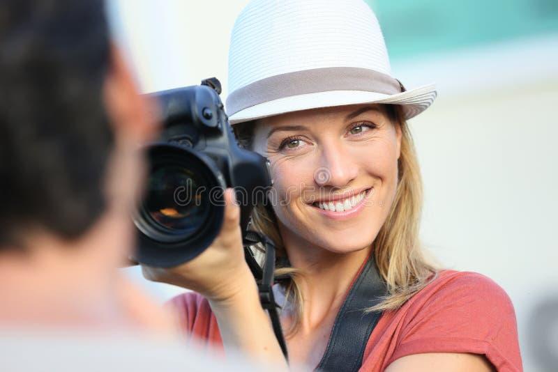 Kobieta fotograf bierze fotografie model zdjęcia stock