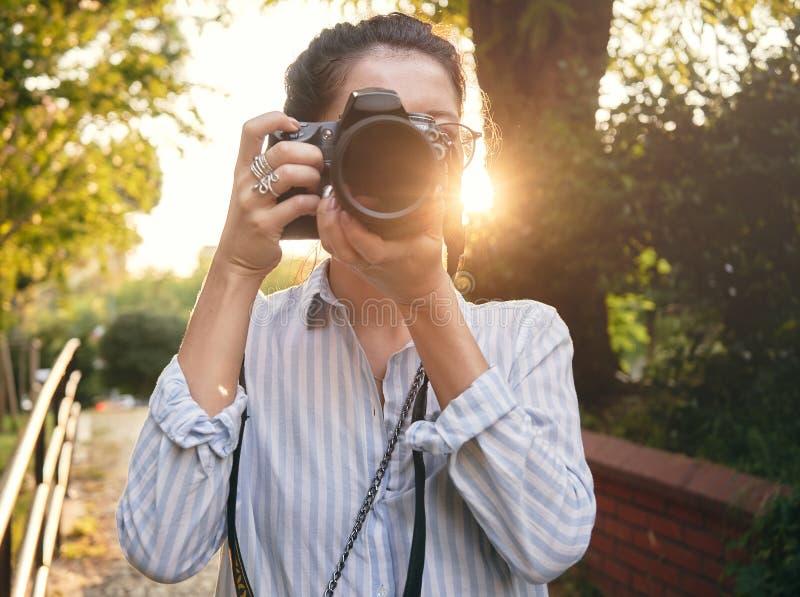 Kobieta fotograf, bierze obrazki krajobraz przy zmierzchem obrazy royalty free