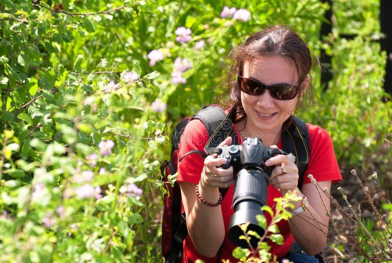 Kobieta fotograf w naturze zdjęcie royalty free