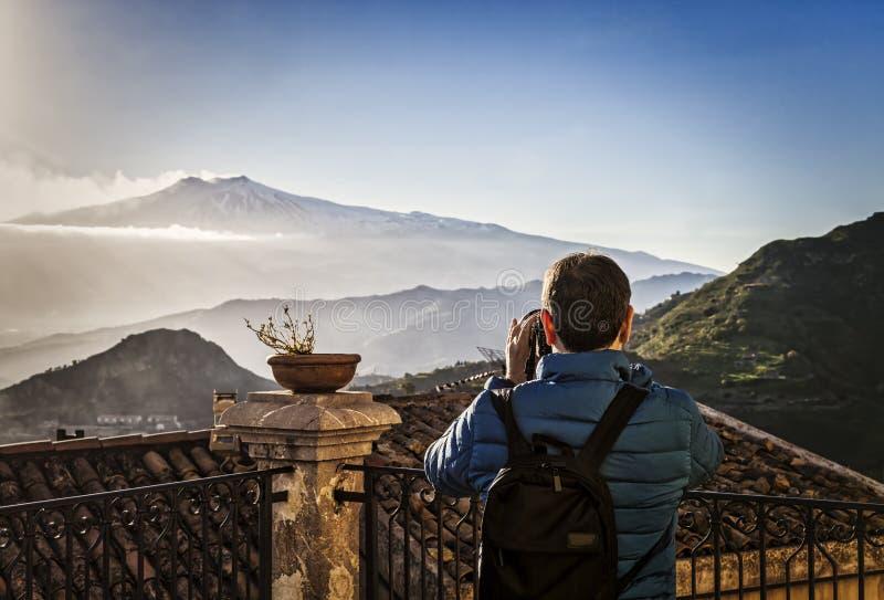 Kobieta fotografuje Etna wulkan podczas erupcji obraz royalty free