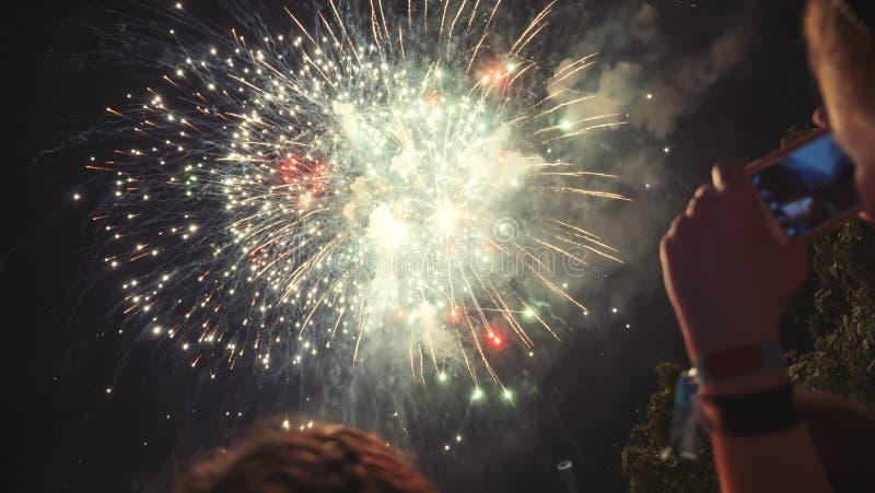 Kobieta fotografuje fajerwerku świętowanie zdjęcia stock