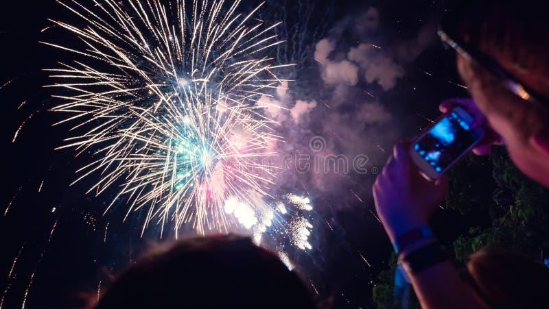 Kobieta fotografuje fajerwerku świętowanie obrazy royalty free