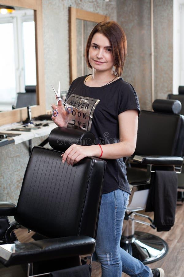 Kobieta fryzjer męski z nożycami przy pracą obrazy stock