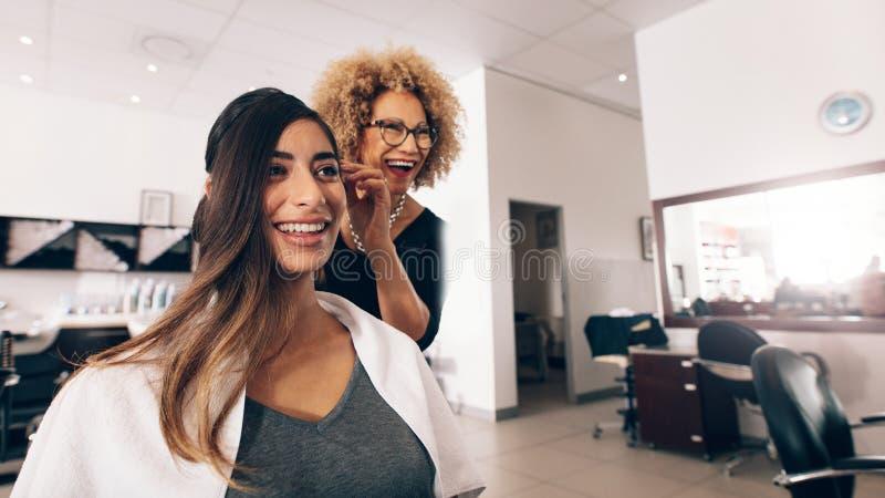 Kobieta fryzjer przy pracą w salonie zdjęcia royalty free