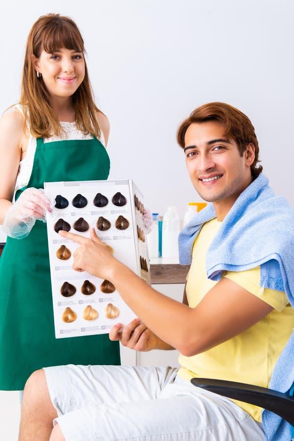 Kobieta fryzjer stosuje barwidło mężczyzny włosy obrazy stock
