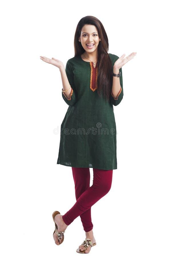 Kobieta gestykuluje i ono uśmiecha się fotografia stock