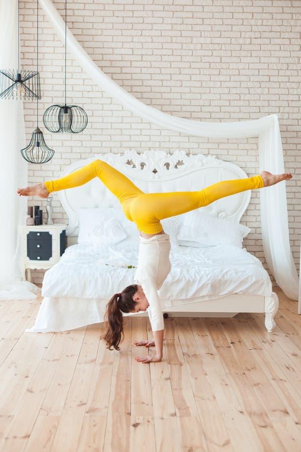 Kobieta gimnastyczka robi akrobatycznemu handstand obrazy royalty free