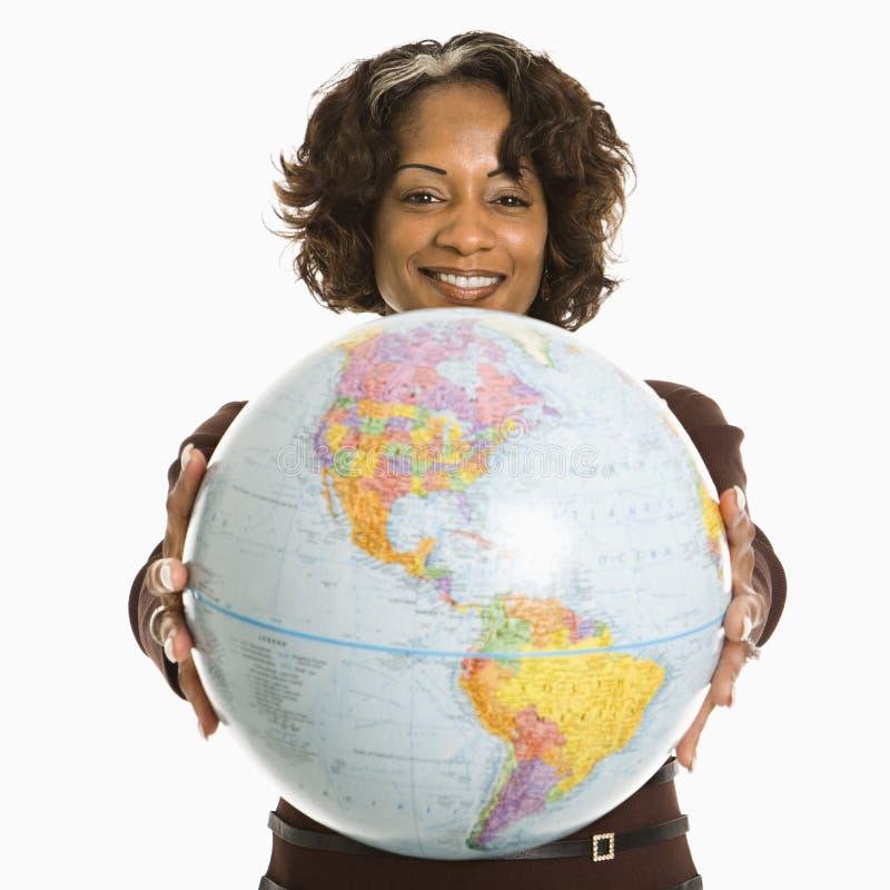 kobieta globe gospodarstwa zdjęcia royalty free