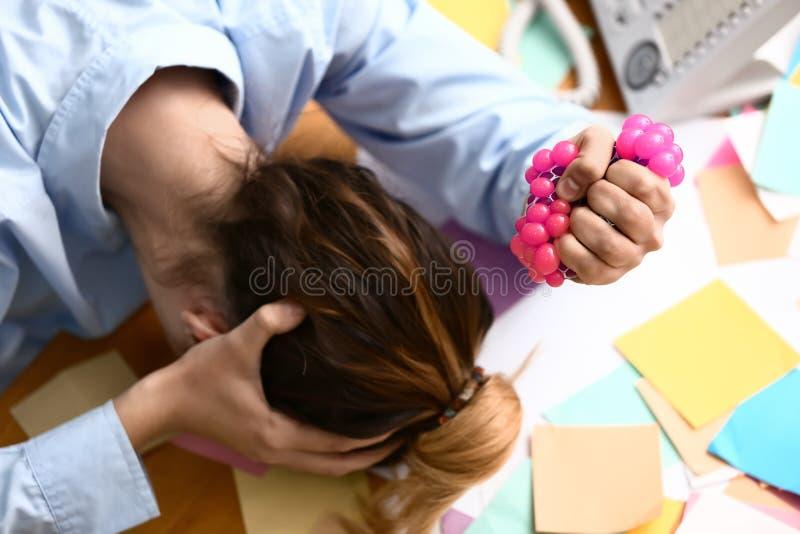 Kobieta gniesie stres piłkę w biurze obraz stock