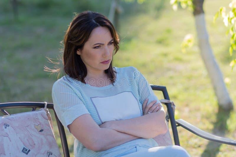Kobieta gniewna przy ?awk? w parku zdjęcia royalty free