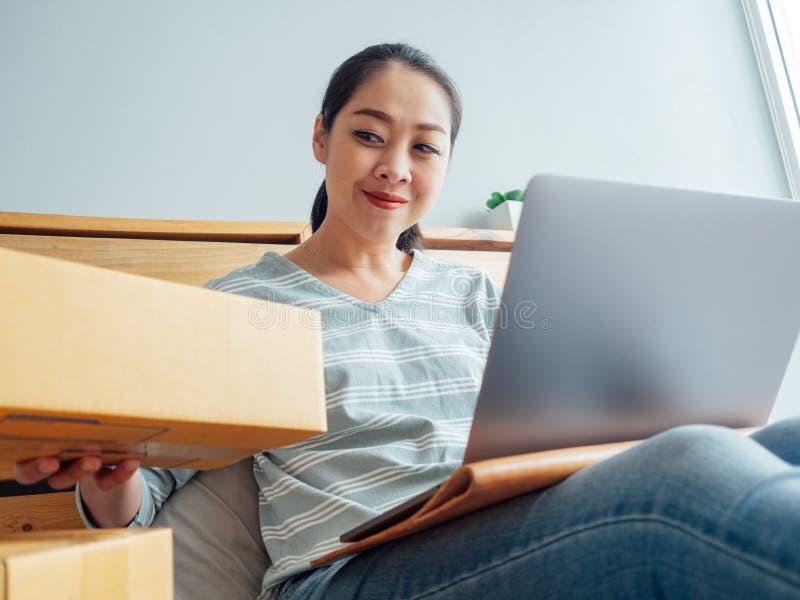 Kobieta gotowa wysyłać produkty jej online sklep klient Pojęcie praca online biznes w domu zdjęcia royalty free
