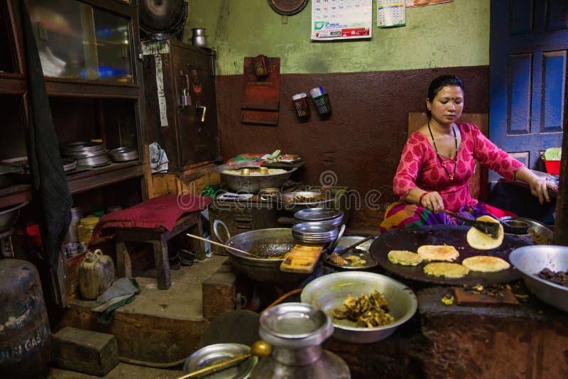 Kobieta gotuje Nepal zdjęcie stock