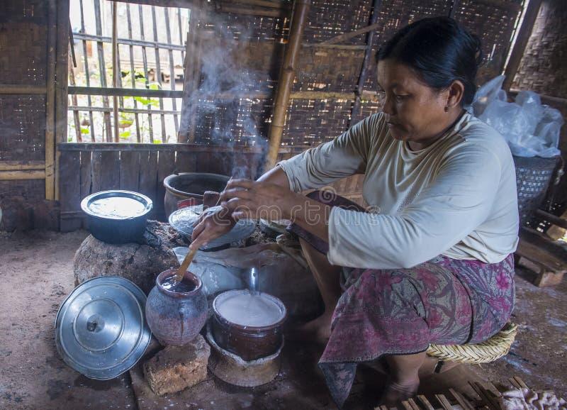 Kobieta gotuje tradycyjne Birmańskie krepy obrazy royalty free
