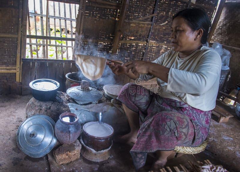 Kobieta gotuje tradycyjne Birmańskie krepy zdjęcie royalty free