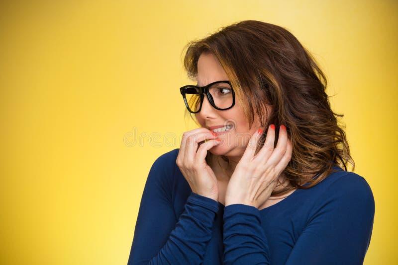 Kobieta gryźć jej paznokcie, pragnie coś, niespokojnych obrazy stock