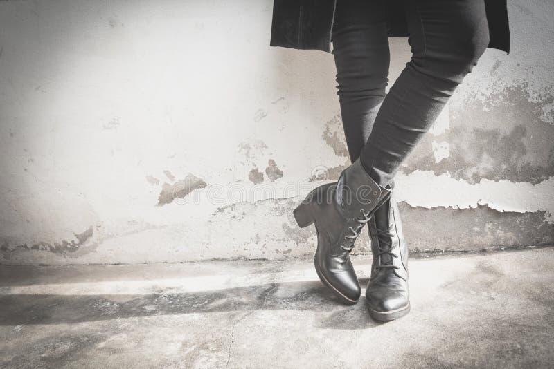Kobieta iść na piechotę będący ubranym czarnych buty z szpilki zdjęcia royalty free