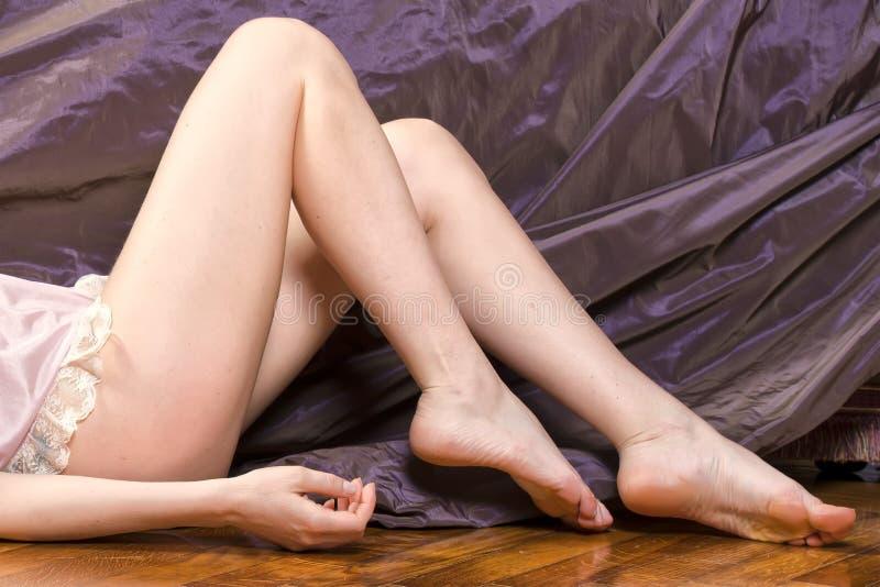 Kobieta iść na piechotę miękką skórę na aksamicie zdjęcia royalty free